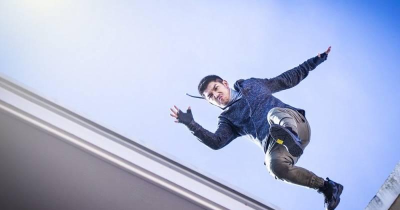 Cường Seven tự thực hiện các cảnh bay nhảy nguy hiểm trên mái nhà