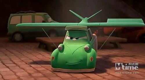 Anh bạn xe hơi tự trang bị thêm cánh để đòi đua cùng máy bay trên trời.