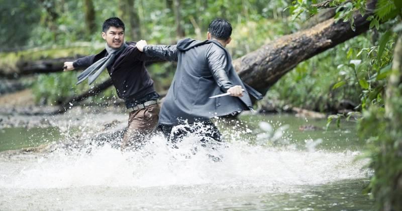 Cường Seven thực hiện cảnh cận đánh tay đôi dưới nước
