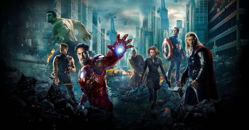 Người Sắt bên cạnh các đồng đội Hawkeye, The Hulk, Nick Fury, Black Widow, Captain America và Thor trong siêu bom tấn