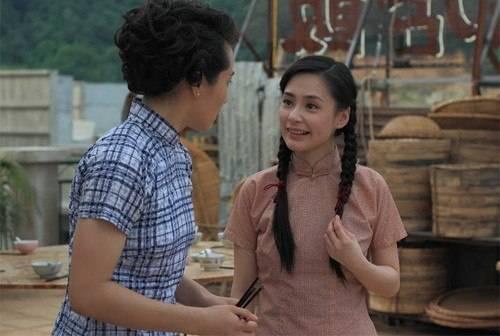 Chung Hân Đồng (phải)