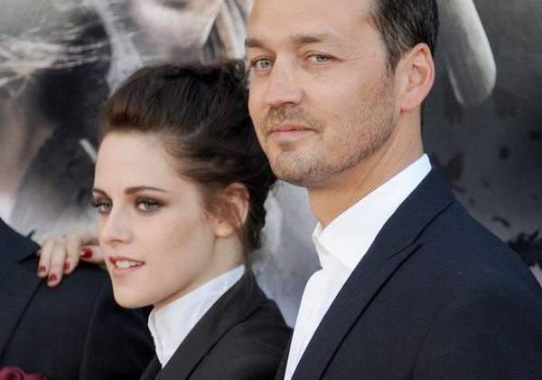 Cả hai luôn gần gũi nhất có thể trong những buổi công chiếu Snow White. Những cái nắm tay, ôm eo hay chỉ đơn giản là ánh mắt nhìn chính là tín hiệu tình yêu của cặp đạo diễn - diễn viên.